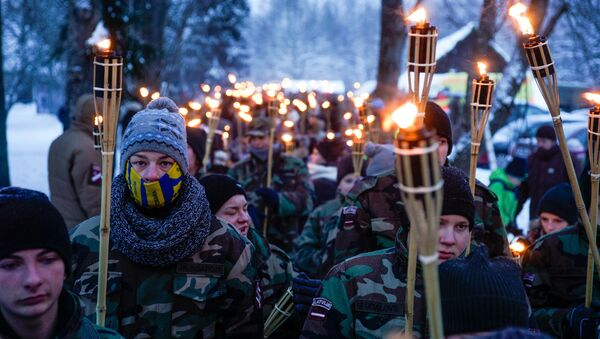 Участники факельного шествия, взрослые и дети, прошли несколько километров до Пулемётной горки - Sputnik Латвия