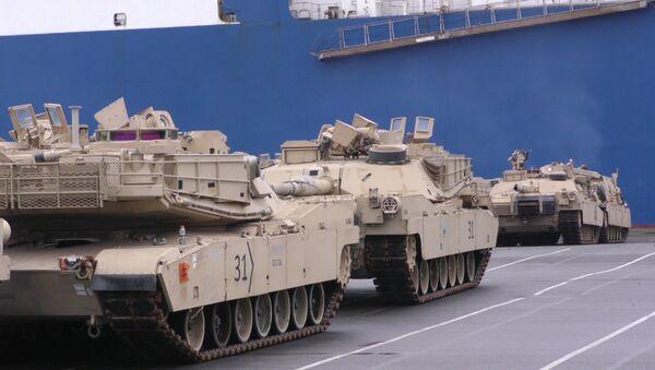 Выгрузка американских танков и бронетехники в немецком порту Бремерхафен - Sputnik Латвия