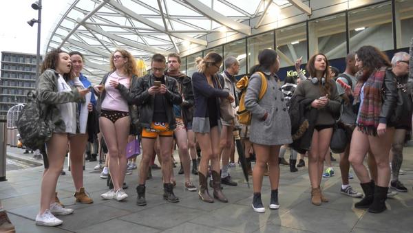 День без штанов – как ежегодный флешмоб прошел в Лондоне и Берлине - Sputnik Латвия