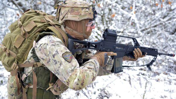 Военнослужащий армии Италии на учениях - Sputnik Латвия