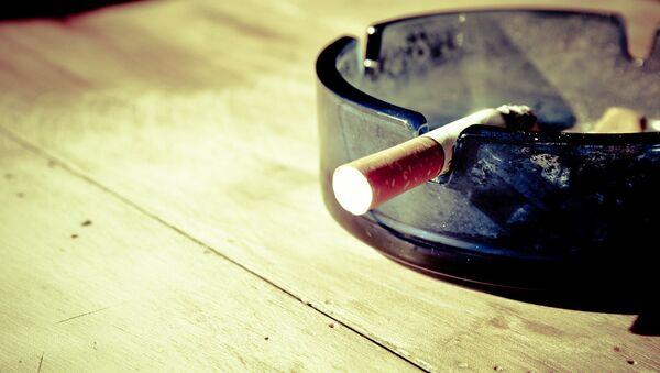 Сигарета в пепельнице - Sputnik Латвия