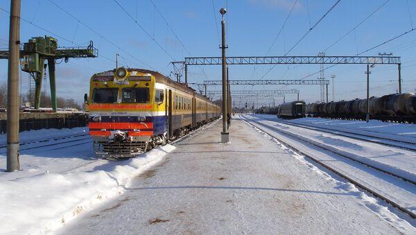 Электропоезд ER2-1300 на станции Елгава - Sputnik Латвия