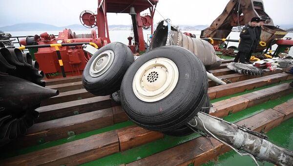 Найденные фрагменты самолета Ту-154, потерпевшего крушение над Черным морем у берегов Сочи - Sputnik Латвия