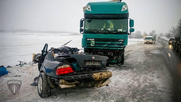 Два человека погибли в результате столкновения грузовика с легковым автомобилем на Баускском шоссе - Sputnik Латвия