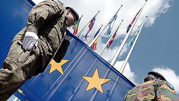 Eiropas Korpusa vienības karavīri ar ES karogu. Foto no arhīva - Sputnik Latvija