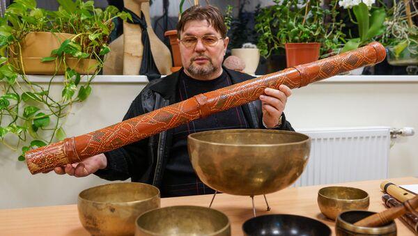 Александр Немировский с новозеландским духовым инструментом Диджериду - Sputnik Латвия