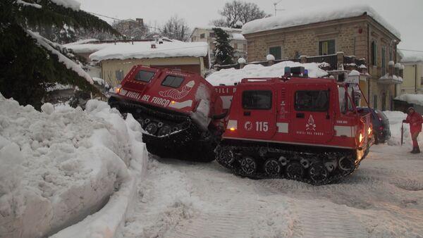 Спасатели добираются до погребенного под лавиной отеля в Италии - Sputnik Латвия