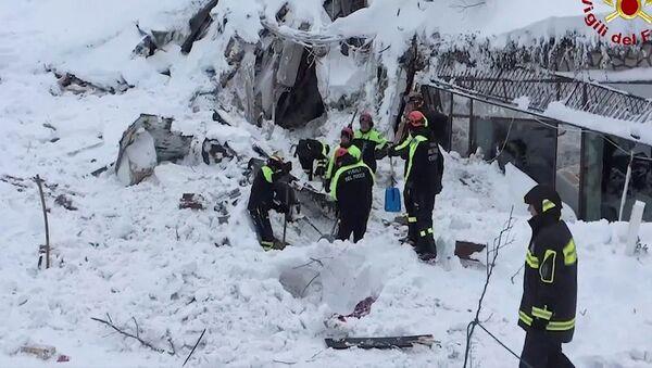 Итальянские спасатели во время поисковой операции в отеле Rigopiano in Farindola после схода лавины - Sputnik Latvija
