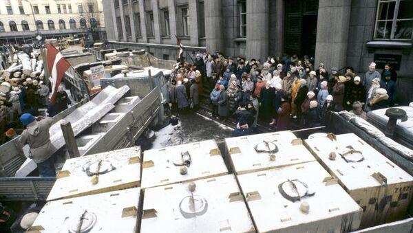 Архивное фото баррикад в Риге - Sputnik Латвия