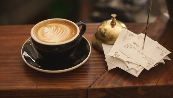 Чашка кофе и кассовые чеки - Sputnik Латвия