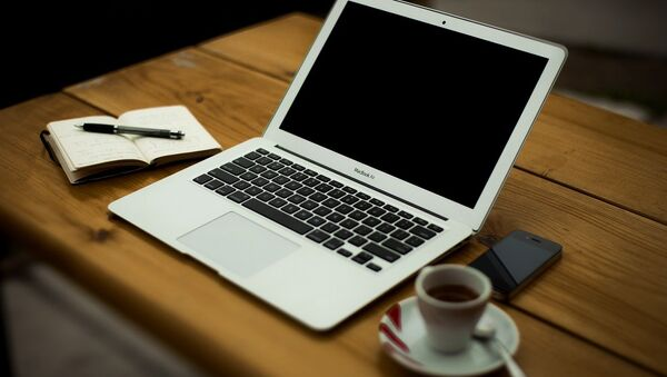 Ноутбук на столе - Sputnik Latvija