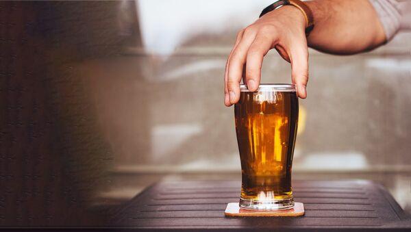 Бока пива с рукой - Sputnik Латвия