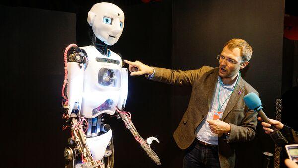 Организатор выставки Игорь Никитин рассказывает о роботе-андроиде Теспиане - Sputnik Латвия