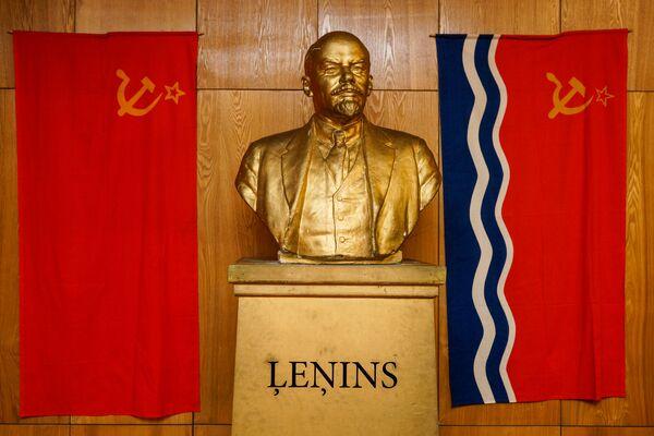 Флаг СССР, бюст Ленина и флаг Латвийской ССР - Sputnik Латвия