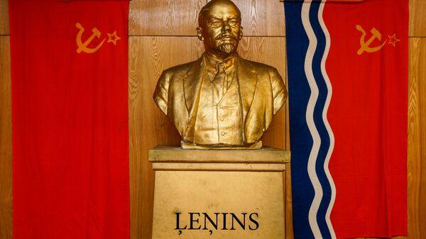 Флаг СССР, бюст Ленина и флаг Латвийской ССР - Sputnik Latvija