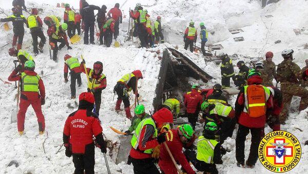 Спасатели работают в районе отеля Rigopiano - Sputnik Латвия