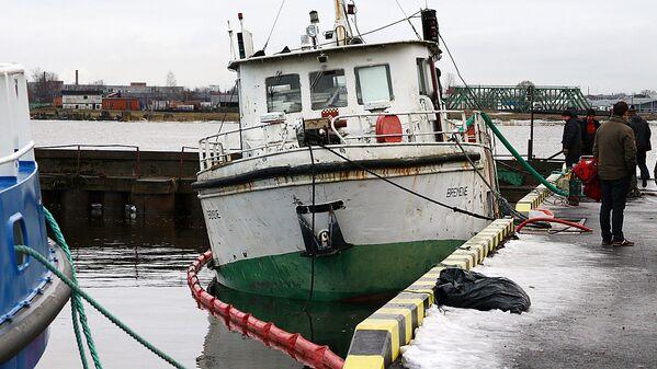 Nogrimušais kuģītis Bremene pie piestātnes - Sputnik Latvija
