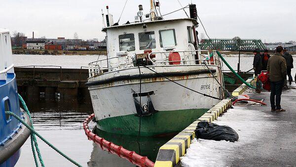 Утонувший кораблик Bremene возле пирса - Sputnik Латвия