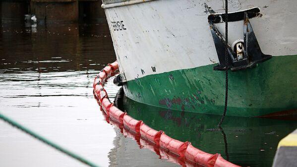 Kuģīša sasvere pie piestātnes - Sputnik Latvija