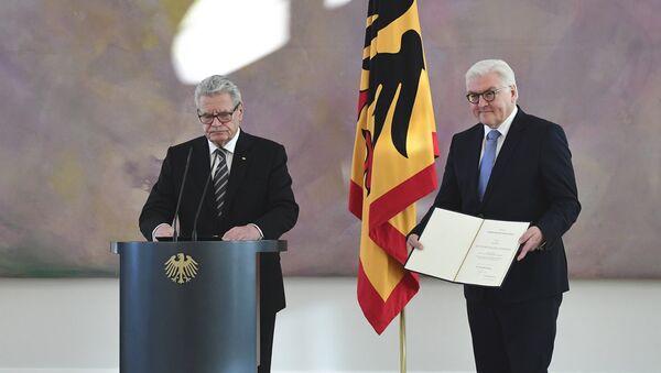 В ходе торжественной церемонии министр иностранных дел Германии Франк-Вальтер Штайнмайер показывает документов об отставке - Sputnik Латвия