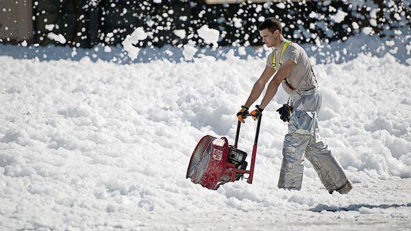 Sniega novākšana. Foto no arhīva - Sputnik Latvija