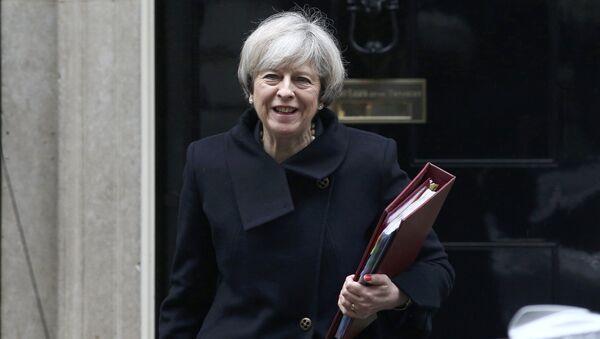 Премьер-министр Великобритании Тереза Мэй покидает Даунинг-Стрит 10 в Лондоне - Sputnik Latvija