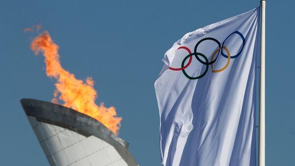 Чаша Олимпийского огня и флаг Олимпиады - Sputnik Латвия