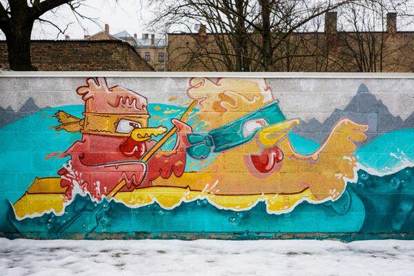 Grafiti Rīgas vidusskolas sporta laukumā - Sputnik Latvija