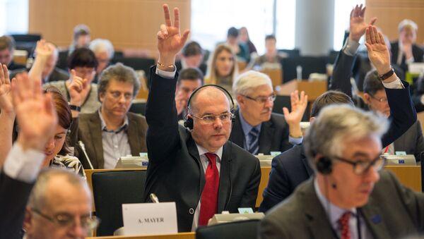 Мамыкин во время голосования в Европарламенте - Sputnik Latvija