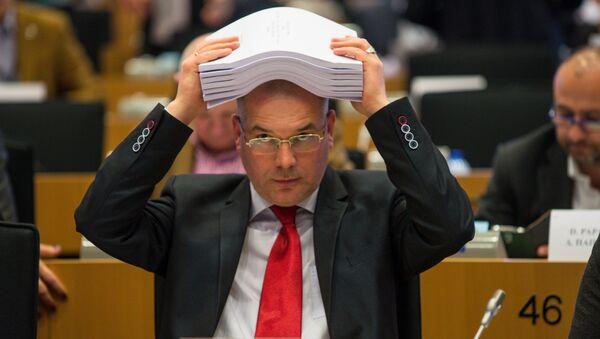 Мамыкин с пакетом поправок по которым евродепутатам предстоит голосовать в течение дня - Sputnik Latvija