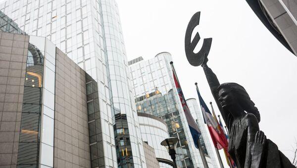 Статуя Евро у здания Европейского парламента - Sputnik Latvija