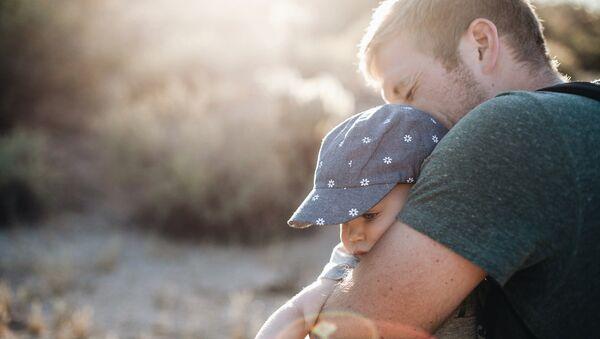 Мужчина с ребенком - Sputnik Латвия