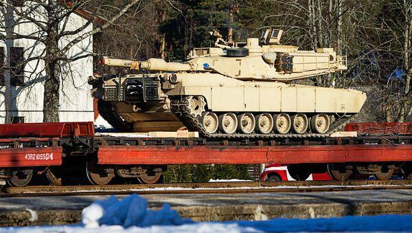 Американский танк ABRAMS на железнодорожной платформе в Гаркалне - Sputnik Латвия