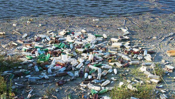 Plastmasas pudeles un citi atkritumi ūdenī - Sputnik Latvija