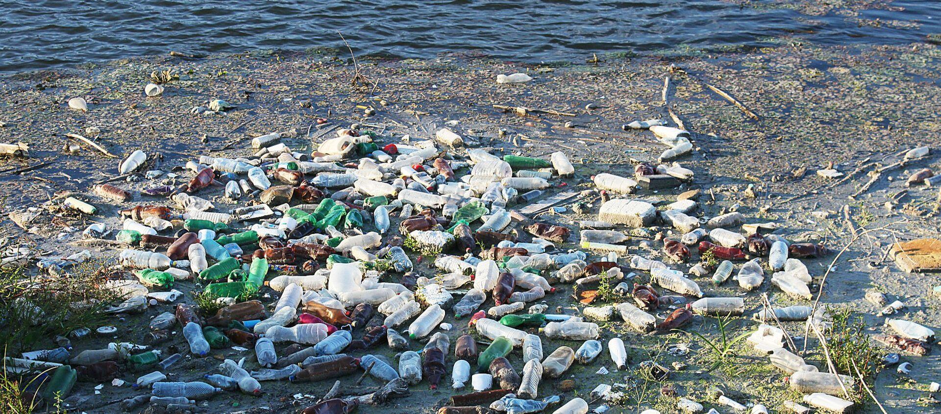 Пластиковые бутылки и другой мусор плавает в воде - Sputnik Latvija, 1920, 10.01.2020