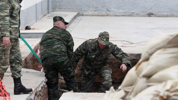 Саперы осматривают найденную 250-килограммовую бомбу времен 2-ой мировой войны - Sputnik Latvija