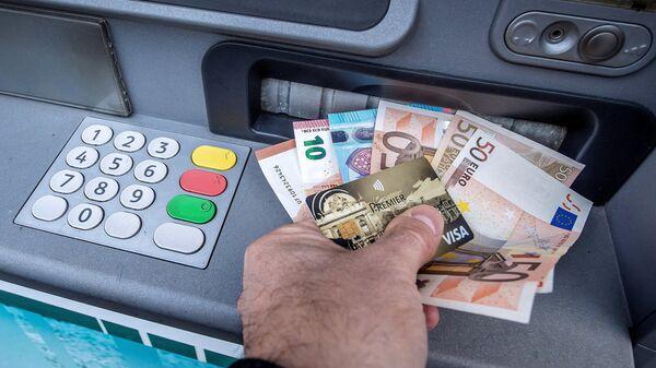 Снятие наличных в банкомате - Sputnik Латвия