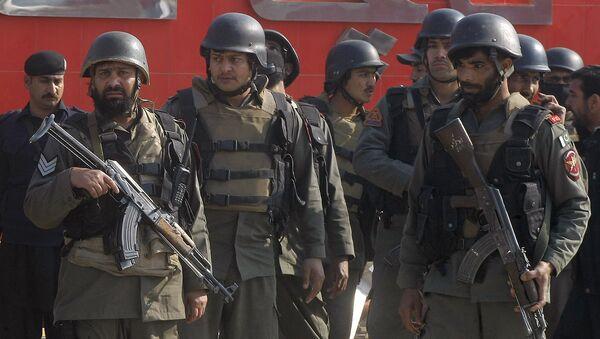 Пакистанские войска прибывают к университету Бача Хан в г.Чарсадда - Sputnik Latvija