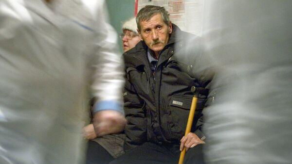 Мужчина в очереди на прием к врачу - Sputnik Латвия