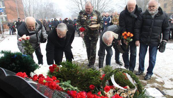Ветераны войны в Афганистане возлагают цветы к памятнику - Sputnik Latvija