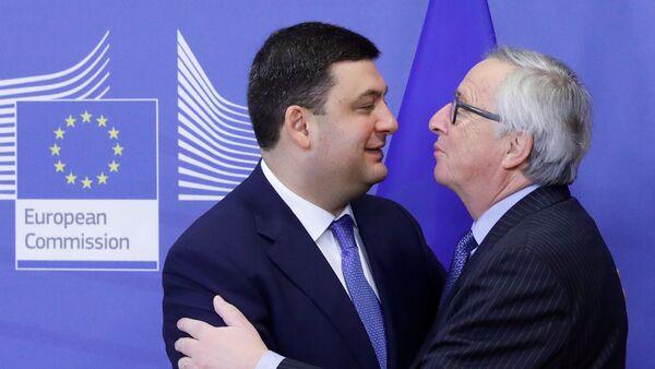 Председатель Еврокомиссии Жан-Клод Юнкер приветствует накануне встречи в Брюсселе премьер-министра Украины Владимира Гройсмана - Sputnik Latvija