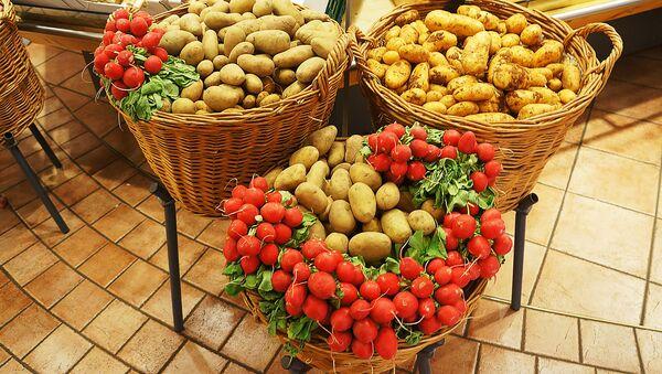 Картофель и редис в корзинах - Sputnik Latvija