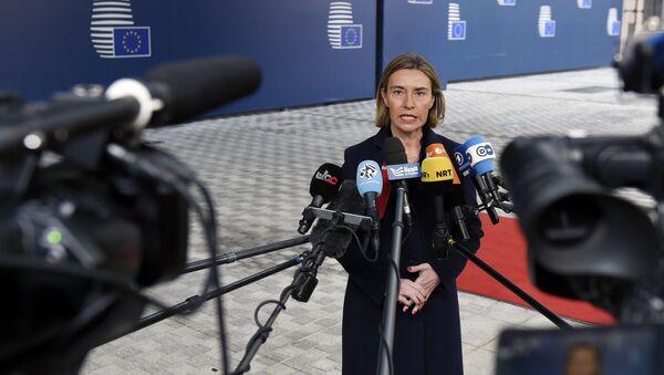Представитель ЕС по иностранным делам и политике безопасности Федерика Могерини общается с журналистами - Sputnik Латвия