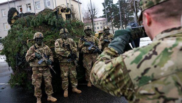 Солдаты американской армии фотографируются на фоне десантной машины M2 Bradley - Sputnik Латвия