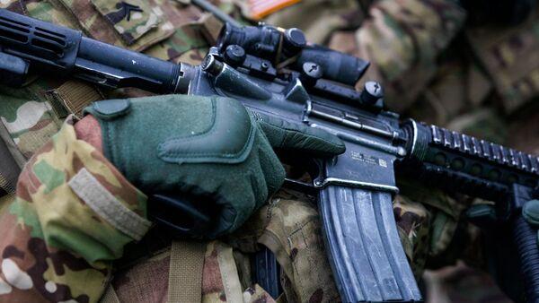 Солдат с винтовкой М4 - Sputnik Latvija