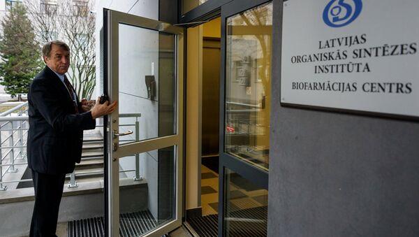 Ивар Калвиньш у входа в Центре биофармации - Sputnik Латвия