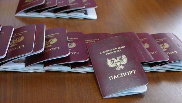 Паспорта граждан Донецкой народной республики, которые начали выдавать в Донецке - Sputnik Латвия