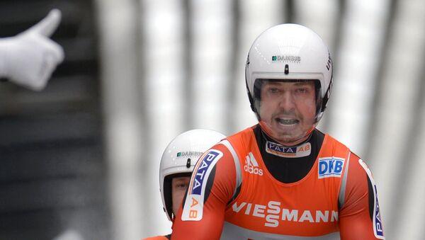 Юрис Шицс (слева) и Андрис Шицс (Латвия) на финише командной эстафетной гонки - Sputnik Латвия
