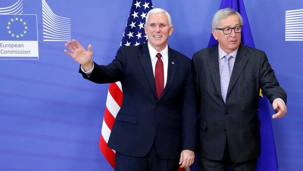 Вице-президент США Майк Пенс с председателем Европейской Комиссии Жан-Клодом Юнкером в штаб-квартире Еврокомиссии в Брюсселе, Бельгия - Sputnik Латвия