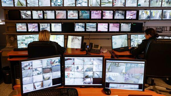 На страже правопорядка: как работает Центр видеонаблюдения рижской полиции - Sputnik Латвия